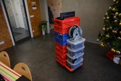 Rollwagen mit Kisten beladen
